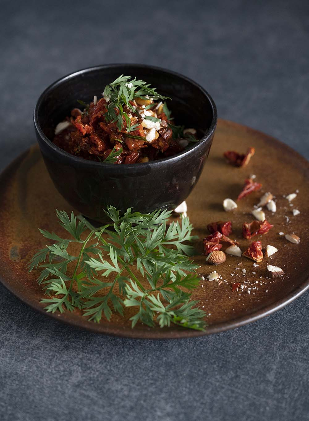 Fertig angerichtetes Tomaten-Pesto in einer Schale