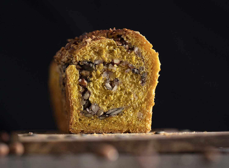 Unser Kürbisbrot im Anschnitt: Zu sehen ist die Nussfüllung, die sich durch das Brot zieht.