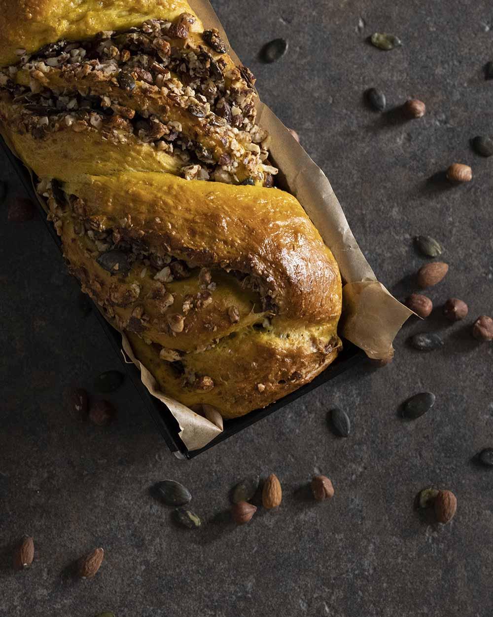 Das Kürbisbrot ist aus dem Ofen gekommen und hat eine goldbraune Oberfläche