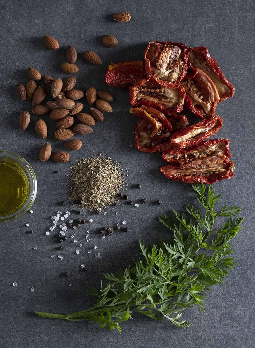 Alle Zutaten für Tomaten-Pesto auf einen Blick