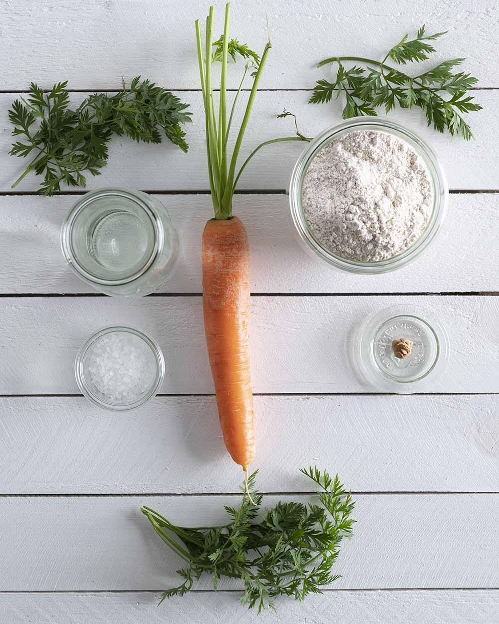 Die Zutaten für unser Wurzelbrot: Möhren, Möhrengrün, Mehl, Salz, Hefe und Wasser