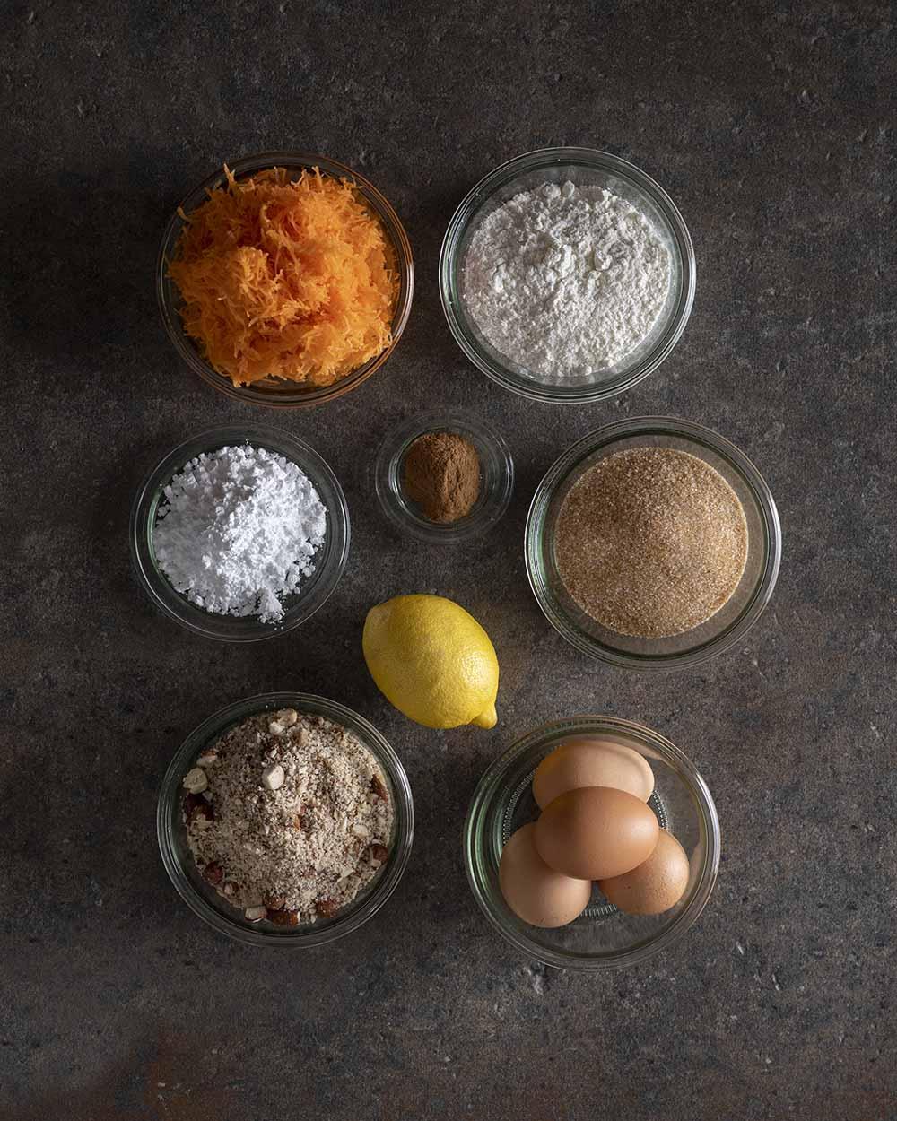 Alle Zutaten für den Möhrenkuchen auf einen Blick, fotografiert von oben
