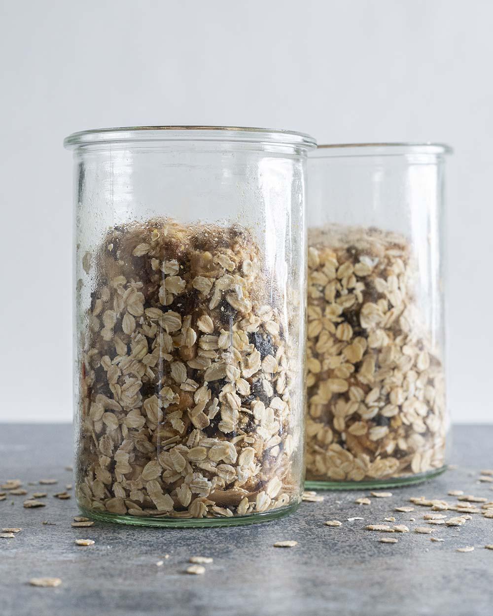 Der Teig für unser Früchtebrot in zwei Gläsern. Gleich schieben wir die gläser zum Backen in den Ofen