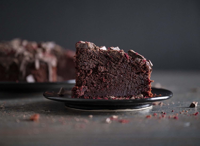 Ein Stück Rote-Bete-Schoko-Kuchen in der Nachaufnahme