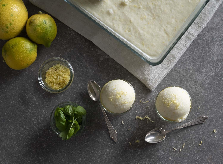 Die Kugeln Zitronen-Eis, fotografiert von oben