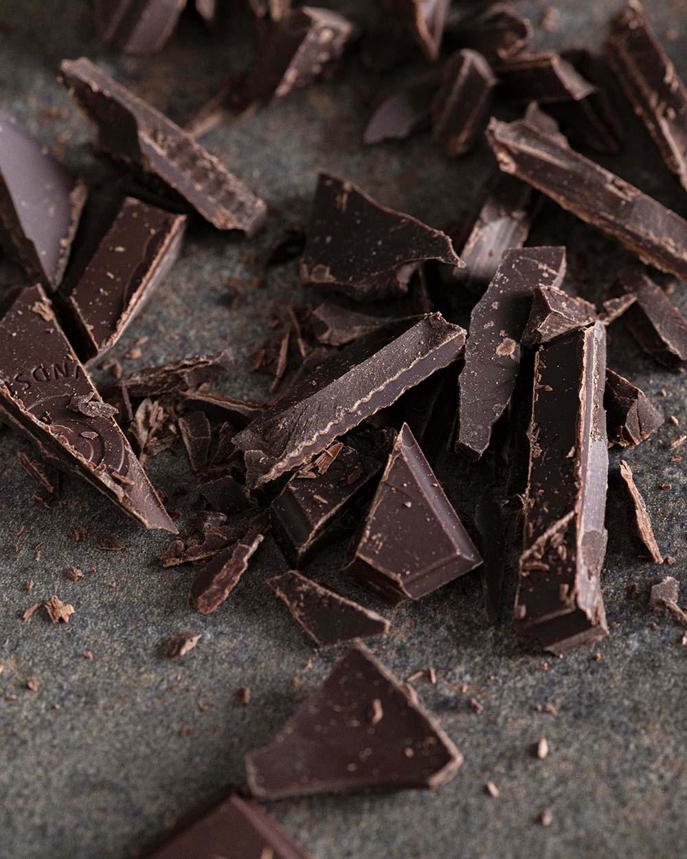 Stücke von gehackter Schokolade in der Nahaufnahme