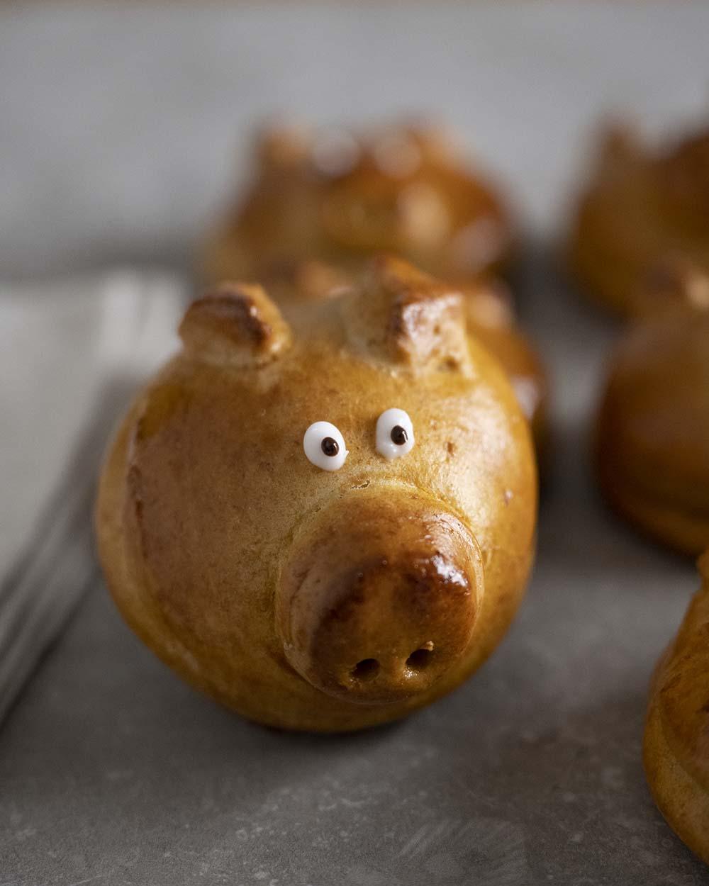 Ein fertig gebackeners Glücksschweinchen aus Hefeteig in der Nahaufnahme