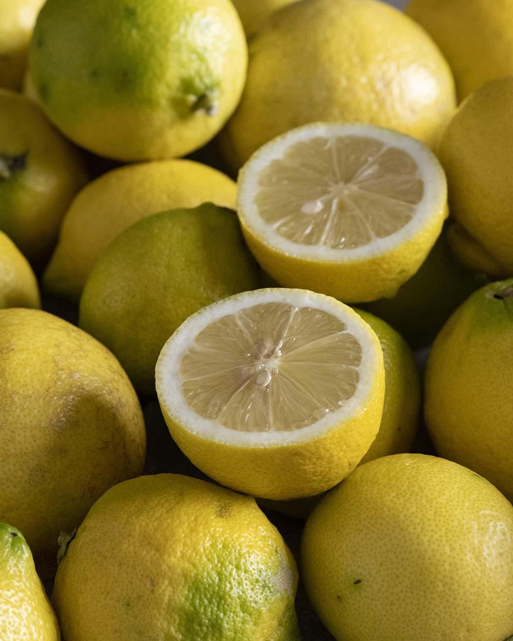 Mehrere Bio-Zitronen, eine davon haben wir aufgeschnitten
