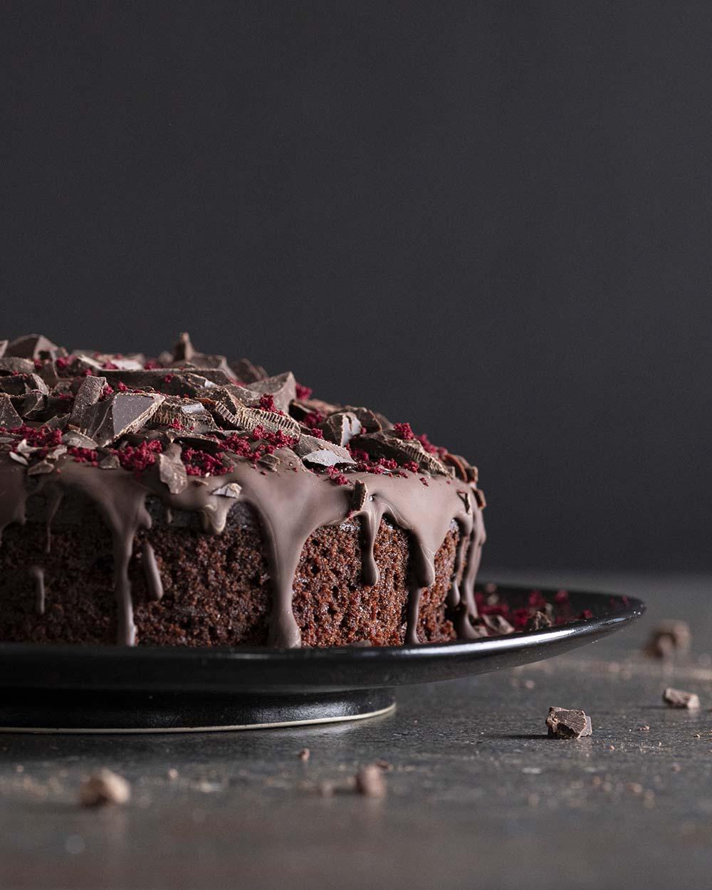 Seitenansicht Rote-Bete-Schoko-Kuchen auf einem Kuchenteller