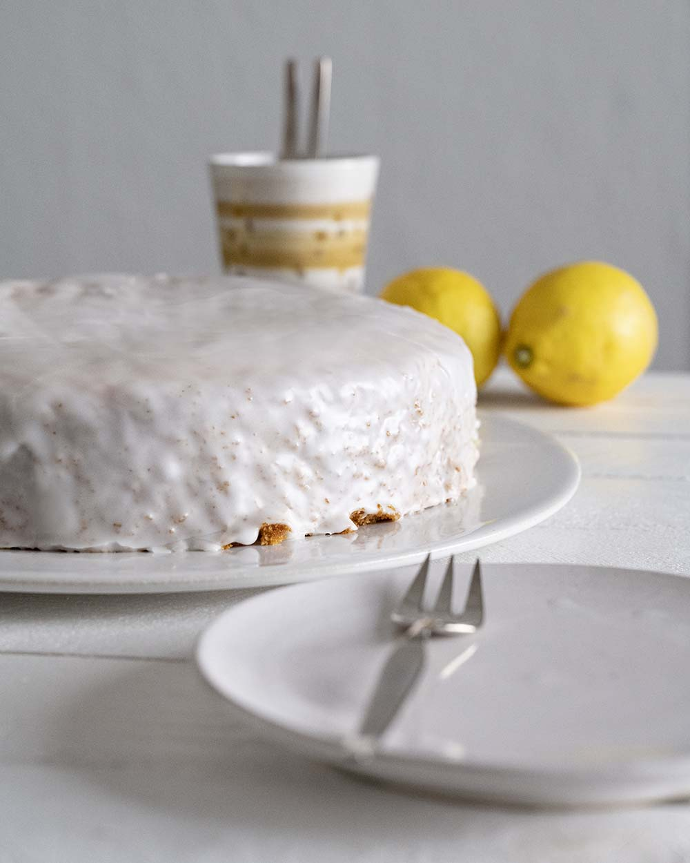 Unser fertig glasierter Zitronenkuchen steht auf dem Kaffeetisch.