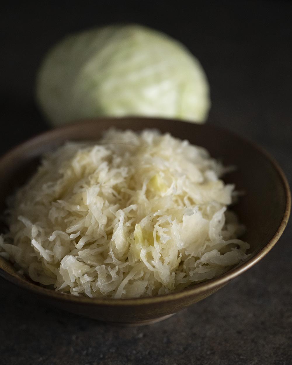 Regionales Sauerkraut, angerichtet in einer Schale. Es wird Zutat für unser Sauerkrautbrot.