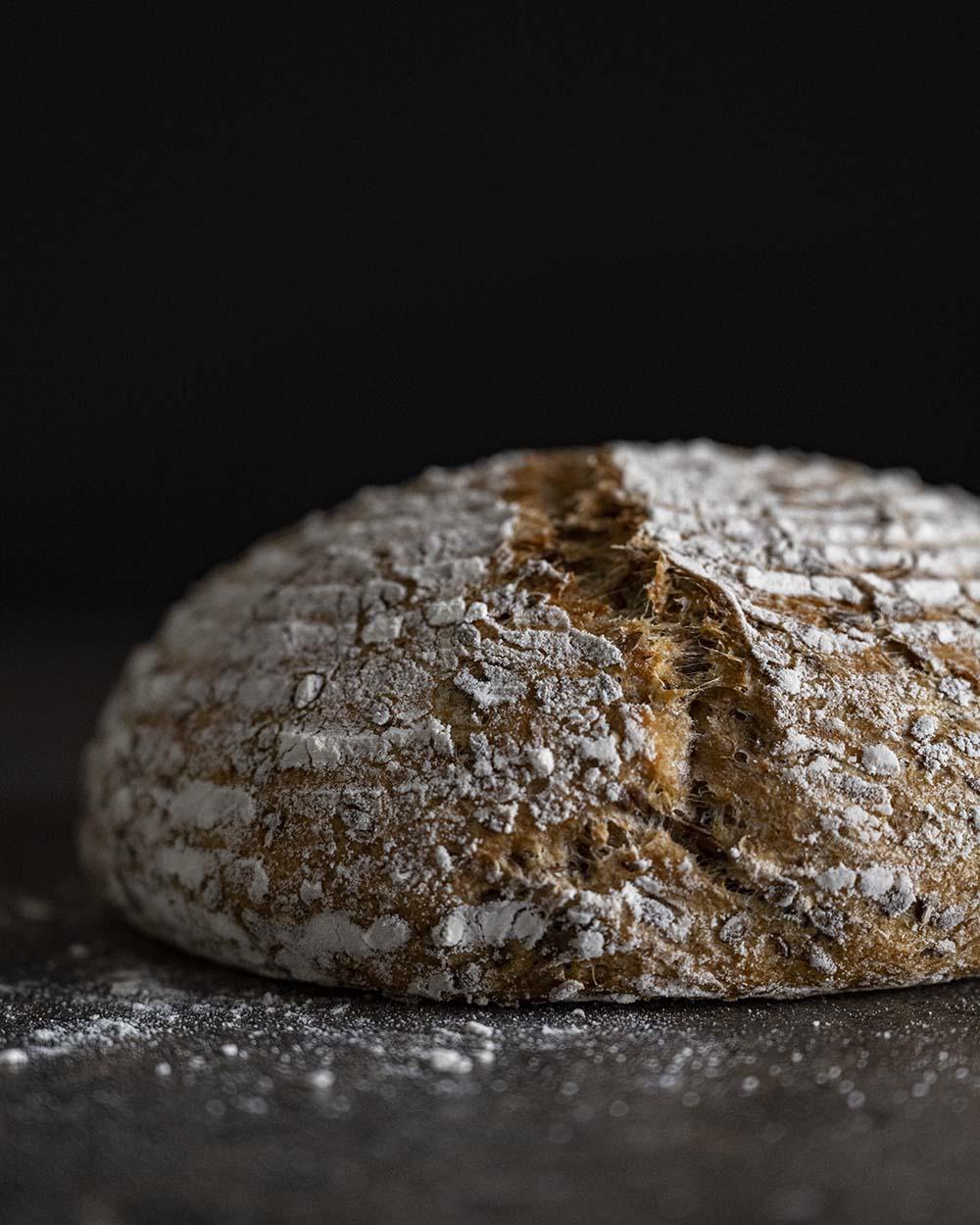Unser Sauerkrautbrot, fotografiert von der Seite. Es ist gerade aus dem Ofen gekommen und hat eine sehr knusprige Kruste.