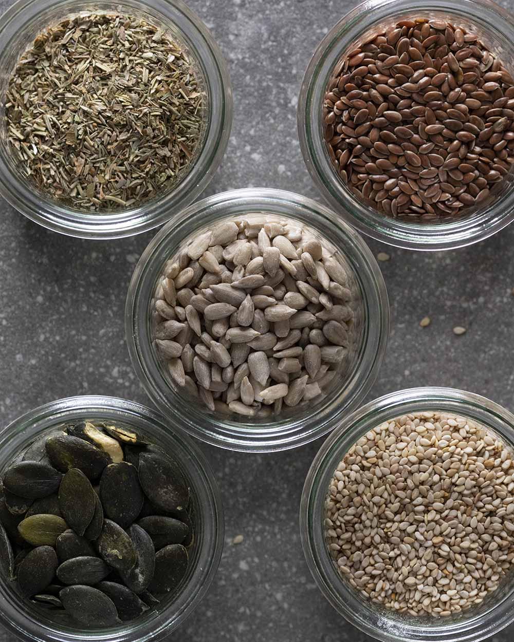 Nachaufnahme der verschiedenen Saaten und Kräuter, mit denen wir unser Knäckebrot belegen.