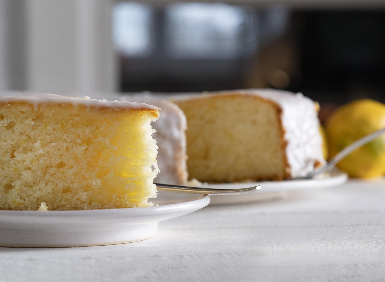 Zwei Stück saftiger Zitronenkuchen auf der Kaffeetafel.