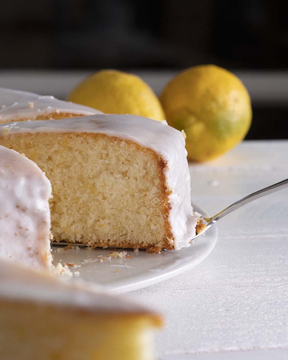 Nahaufnahme in das Innere des Zitronenkuchens. Zu sehen ist die fluffige Konsistenz.