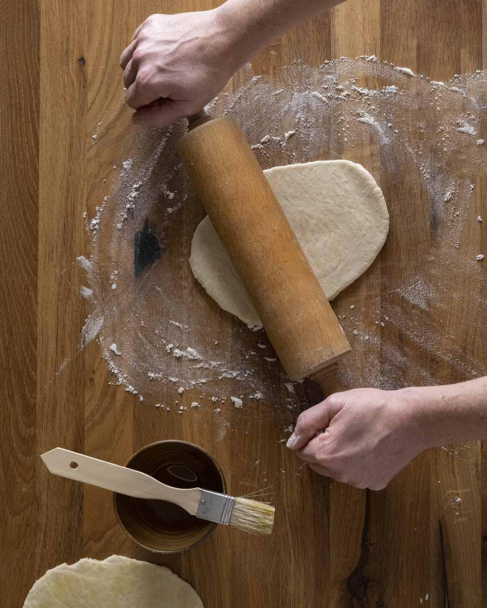 Wir rollen die ersten Kugel Teig für unser Naan Brot auf der bemehlten Fläche aus.