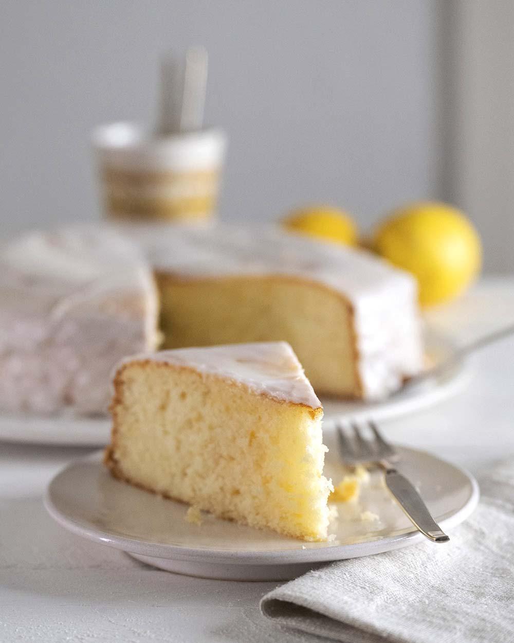 Blick auf die Kaffeetafel mit dem Zitronenkuchen.