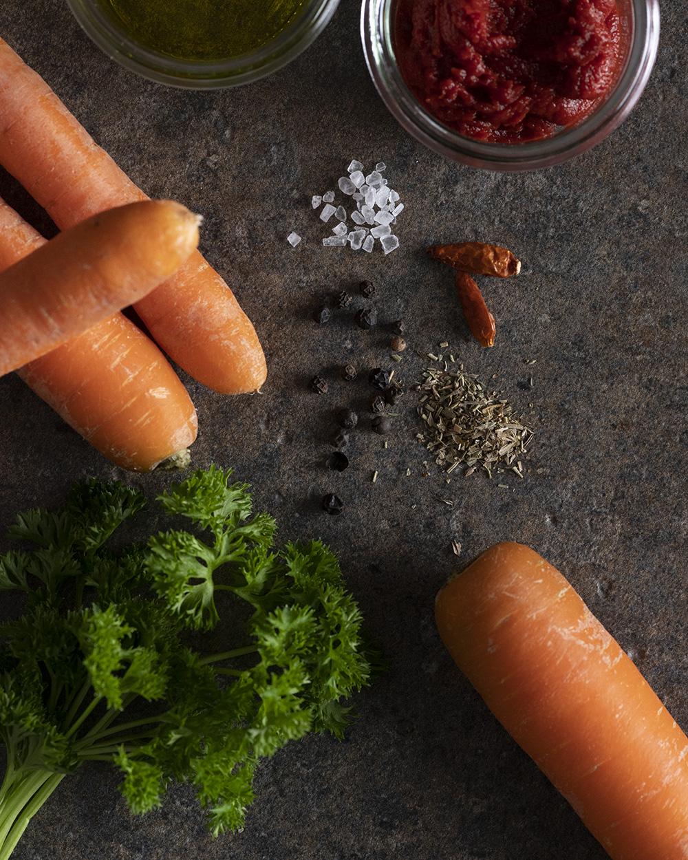 Die Zutaten für unseren Möhren-Dip: Möhren, Tomatenmark, Gewürze, Öl und Petersilie