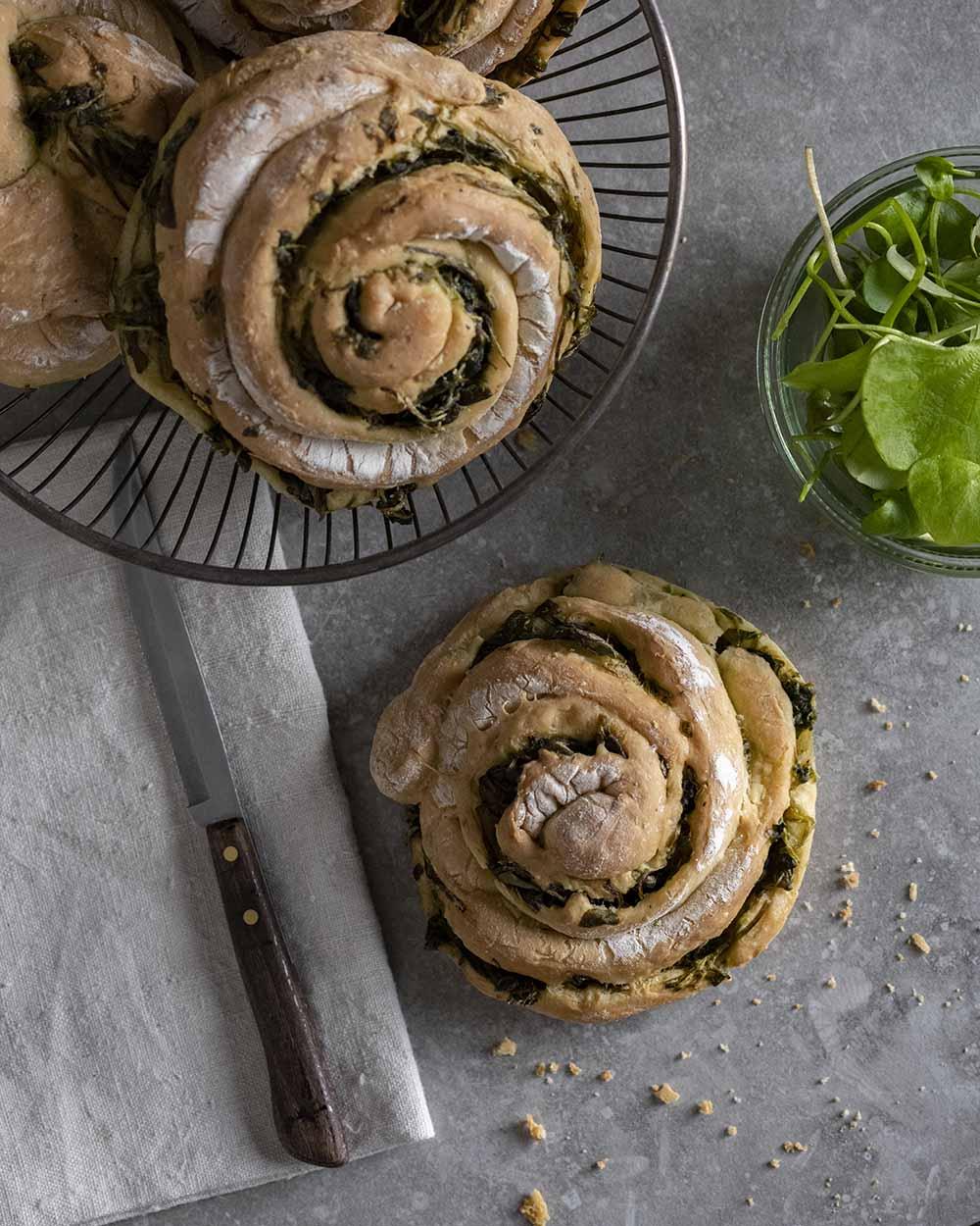 Aufnahme von oben: Sie zeigt das Brotkörbchen, neben der eine Brot-Schnecke mit Salat liegt. Diese wollen wir gleich anschneiden.
