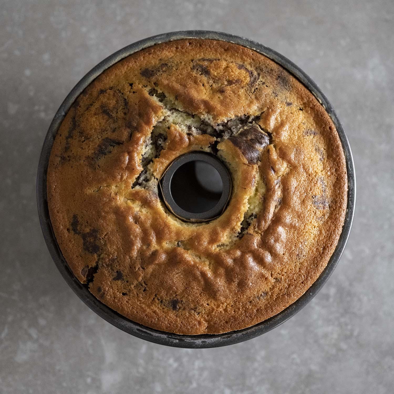 Der Marmorkuchen ist fertig gebacken und kühlt 15 Minuten in der Form aus.
