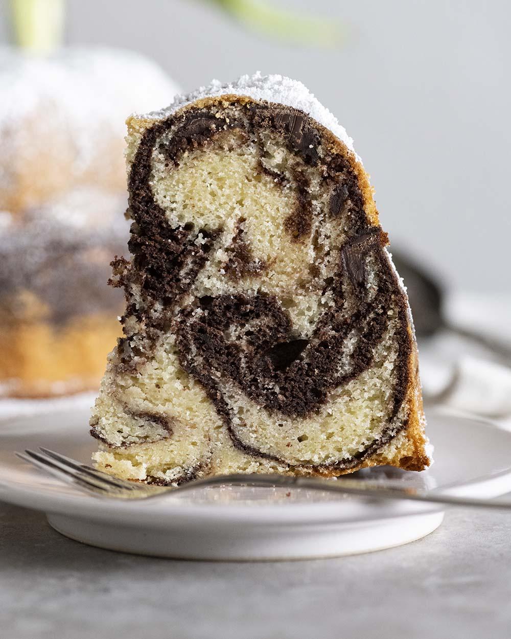 Nahaufnahme eines Stücks Marmorkuchen. Zu sehen ist die schöne Marmorierung.