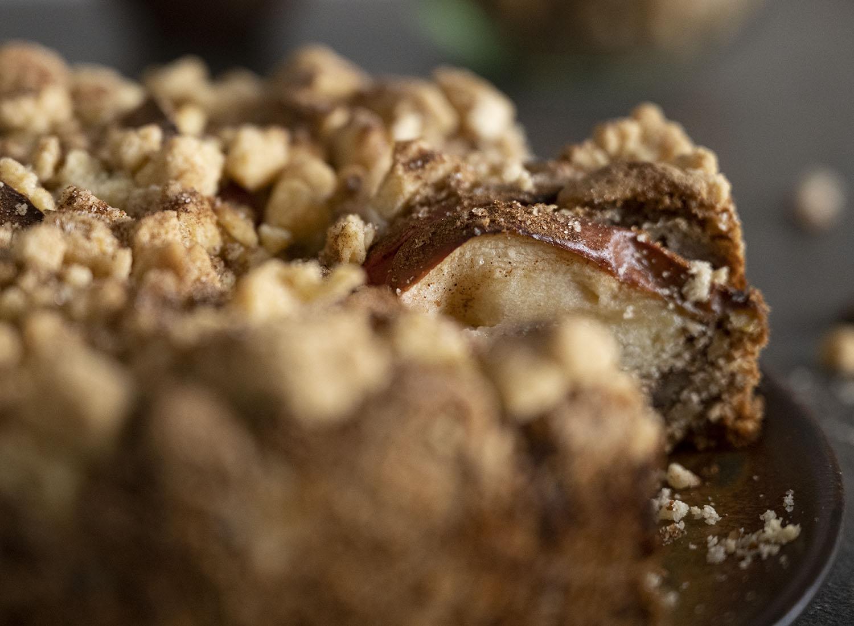 Nahaufnahme unser Apfel Streusel Kuchens. Das Bild zeigt die ganzen Äpfel, die wir mit Schale auf den Kuchen geben.