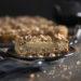Wir haben unseren Birne Helene Kuchen mit Krokant auf einem Teller angerichtet.
