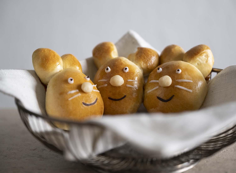Drei selbst gemachte Hefe-Hasen in einem Frühstückskorb.