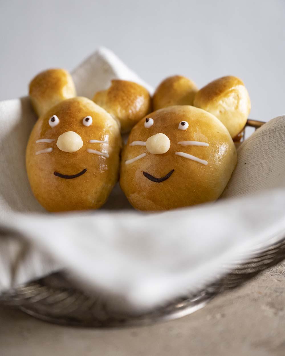 Zwei Hasen aus Hefeteig sind in einem Korb angerichtet. Sie sind ein tolles Gebäck zu Ostern.