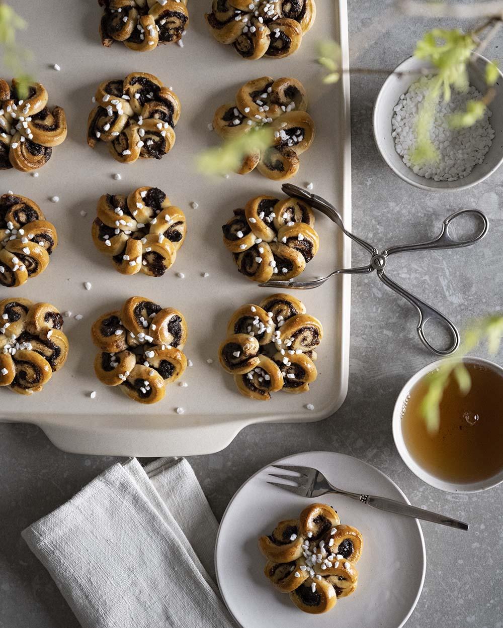 Die Aufnahme zeigt die Kaffeetafel mit fertig gebackenen Zimtschnecken von oben. Für uns sind sie das perfekte Hefegbäck zu Ostern.