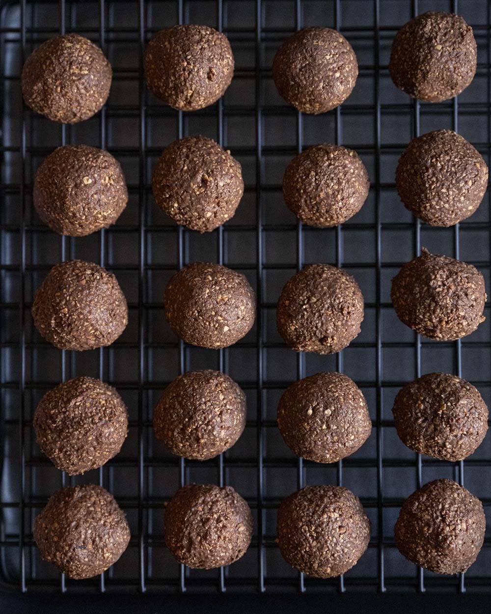 Unsere Schoko-Kugeln vor der Glasur mit Schokolade, fotografiert von oben.