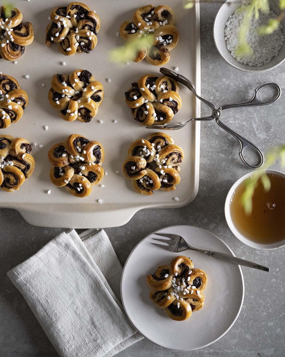 Unsere Zimtblumen, angerichtet auf einem Kaffeetisch. Wir haben sie aus dem gleichen Teig gebacken wie unseren Hefezopf.