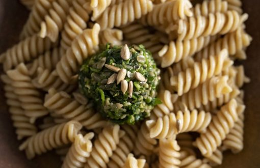 eine Kugel frisches selbstgemachtes Bärlauch Pesto auf Nudeln