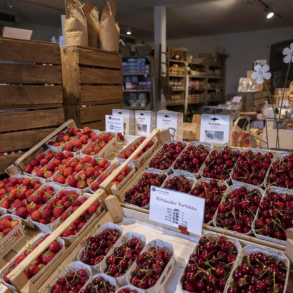 Das Foto zeigt frische Kirschen und Erdbeeren im Hoflade des Obsthof Lefers im Alten Land.