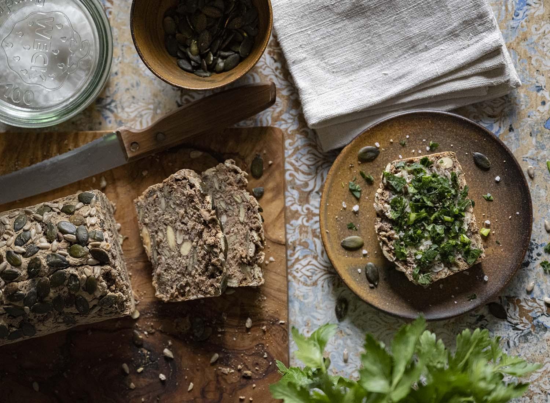 Unser Abendbrottisch mit frischem glutenfreien Buchweizenbrot, fotografiert von oben.