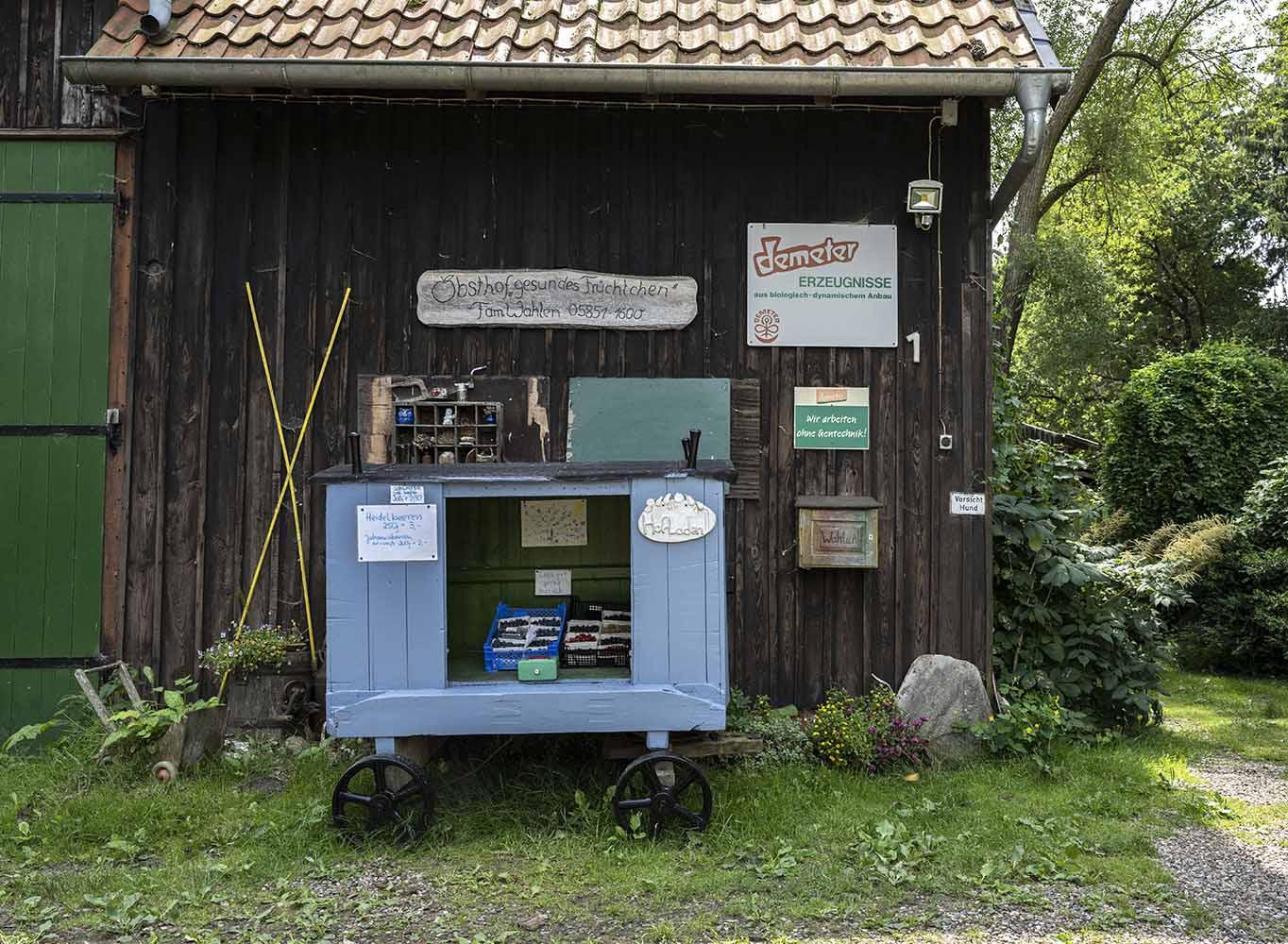 Der Eingang zum Obsthof Wahlen: Zu sehen ist eine umgebaute Hudnehütte, die Birgit und Hinrich Wahlen als kleiner Hofladen dient.