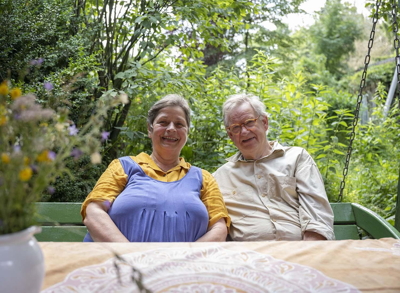 Birgit und Hinrich Wahlen sitzen in ihrem Garten ihres Hofes, den sie seit mehr als 30 Jahren gemeinsam bewirtschaften.