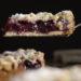 Selbst gemachter Streuselkuchen mit Kirschen im Anschnitt Zu sehen sind auch ganze Fruchtstüke im Inneren des Kuchens.
