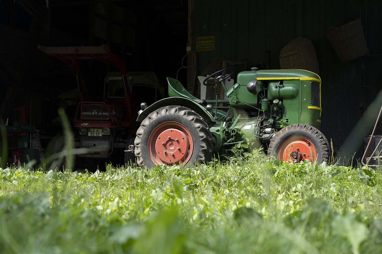 Ein alter Traktor steht in einer Scheune auf dem Obsthof Wahlen. Er stammt aus dem Jahr, in dem Hinrich Wahlen geboren urde, und ist damit 72 Jahre alt. Mit dem TRaktor arbeiten die Wahlens noch immer auf ihrem Obsthof.