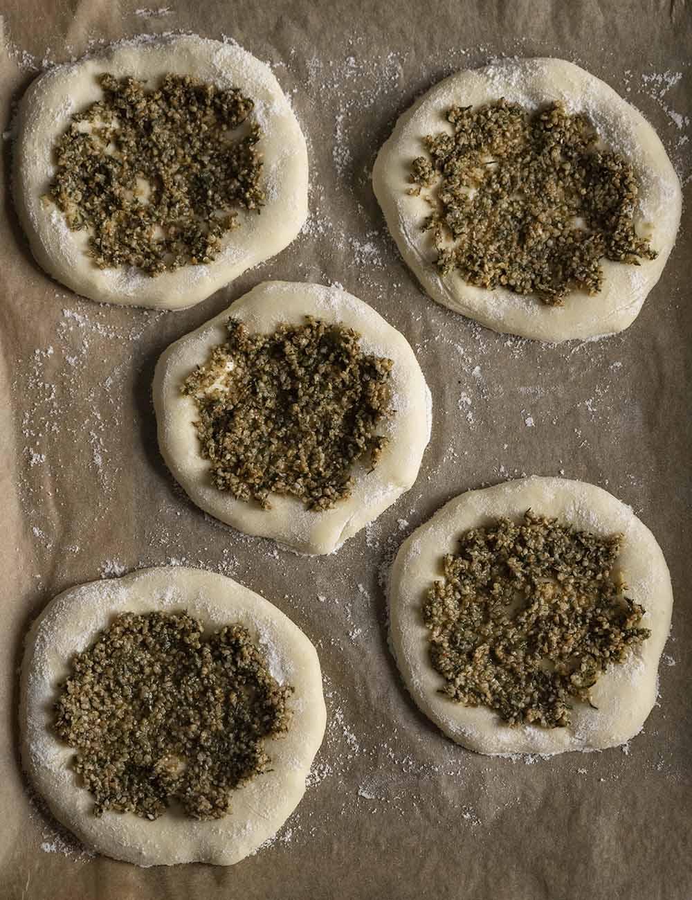 Wir haben usnere Zatar-Brote mit Gewürz eingestrichen und von oben auf dem Backblech fotografiert.