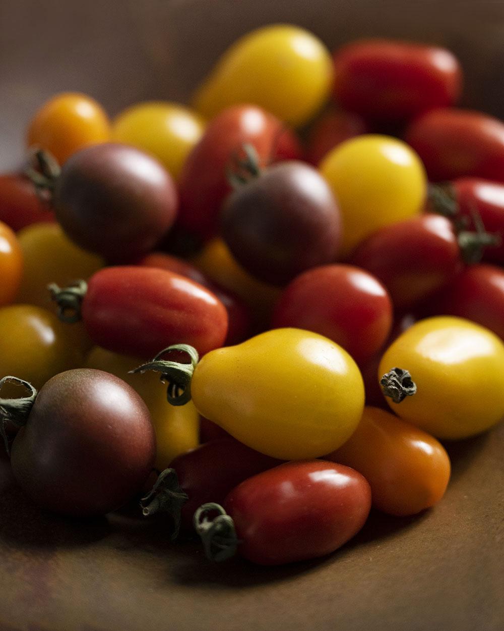 Bunte frische Tomaten auf einem Teller.