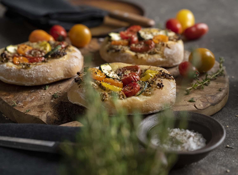 Fertige Zatar-Brote, serviert auf einem Holzbrett.