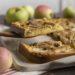 Unser Apfelpfannkuchen aus dem Ofen ist fertig. Wir backen ihn mit Äpfeln mit Schale. Im Ofe kommt er ohne Wenden und mit weniger Fett aus. Trotzdem ist er herrlich knusprig und innen schön fluffig.