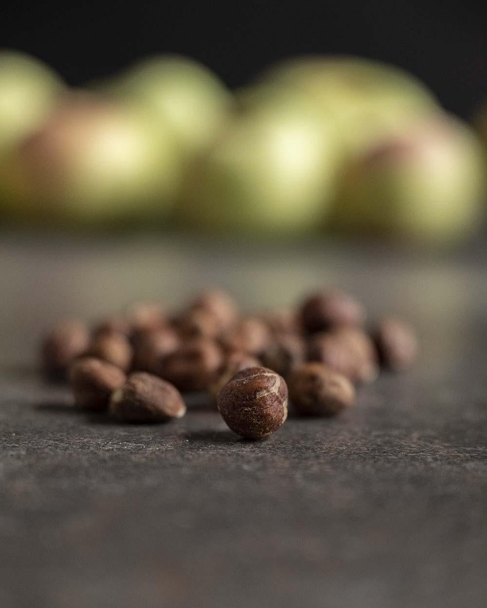 Aufnahme einzelner Zutaten. Im Hintergrund liegen die Äpfel der Sorte Fürst Blücher, die wir von der Ernte auf einem Hof mitgebracht haben. In den Vordergrund haben wir einige Haselnüsse gelegt, die wir grob gemahlen ebenfalls in den Teig geben.