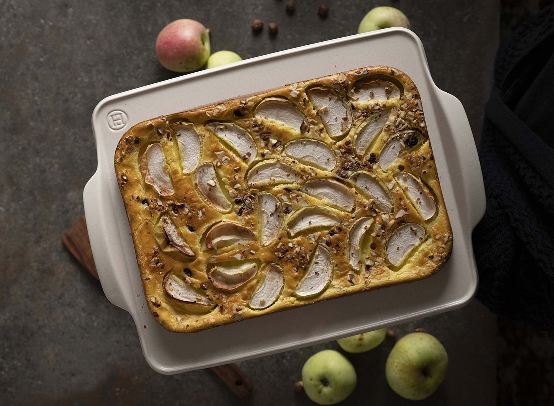 Unser Apfelkuchen vom Blech ist fertig gebacke. Ich habe ihn auf eine Servierplatte gesetzt und halte sie in die Kamera. Die Aufnahme zeigt den Pfannkuchen von oben.