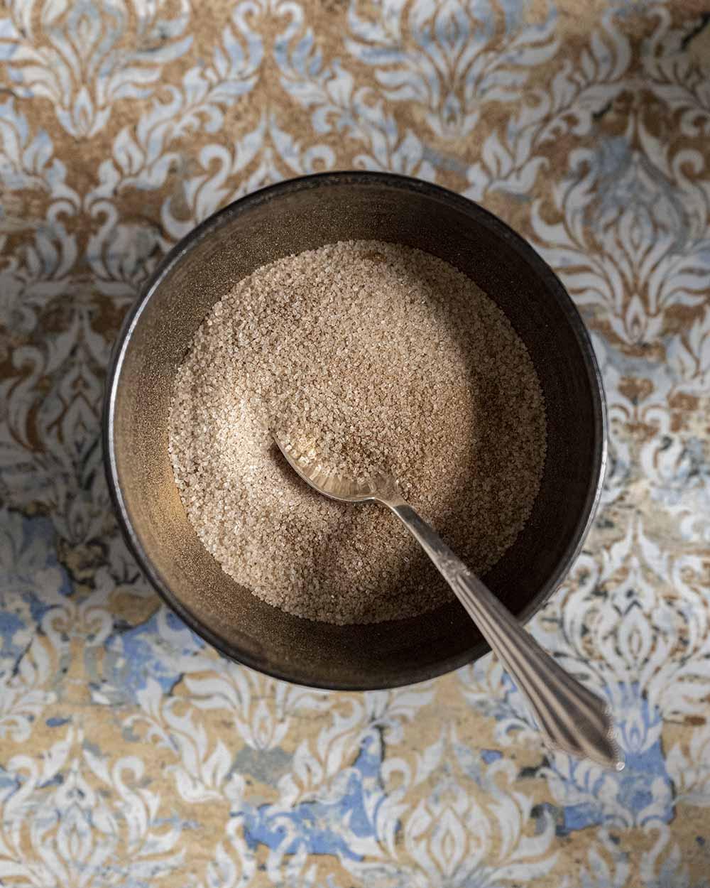Eine Schale mit Zimt und Zucker. Zimt-Zucker geben wir auch in unseren Zwetschgenkuchen.